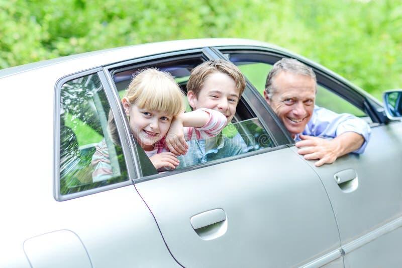 Ojciec cieszy się samochód przejażdżkę z jego dzieciaki zdjęcie stock