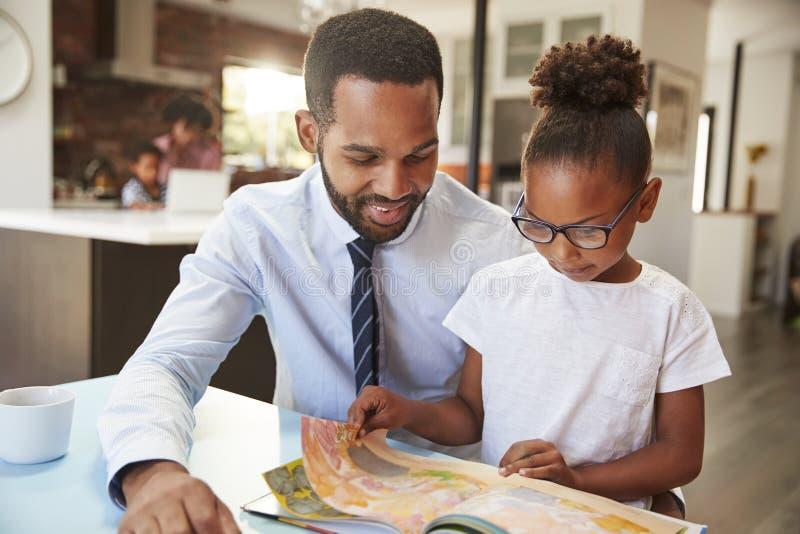 Ojciec Czytelnicza książka Z córką Przed Iść Pracować obraz stock