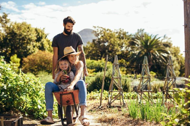 Ojciec Daje matki I córki przejażdżce W Wheelbarrow zdjęcie royalty free