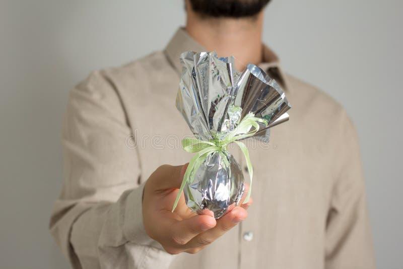 Ojciec daje Wielkanocnemu jajku Brazylijska tradycja dawać czekoladzie e zdjęcia royalty free