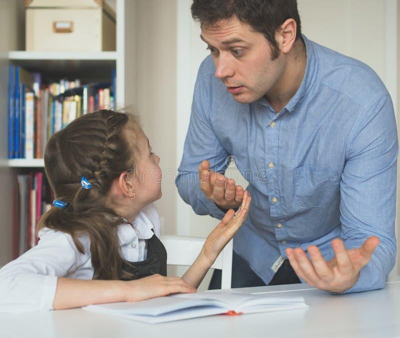 Ojciec dyskutuje z jego córką fotografia royalty free