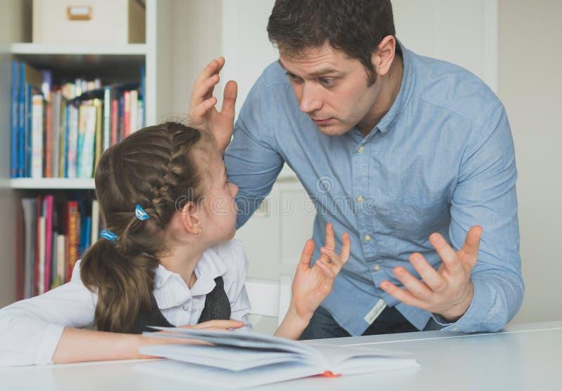 Ojciec dyskutuje z jego córką obraz stock