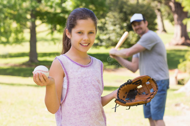 Ojciec i córka bawić się baseballa obraz royalty free