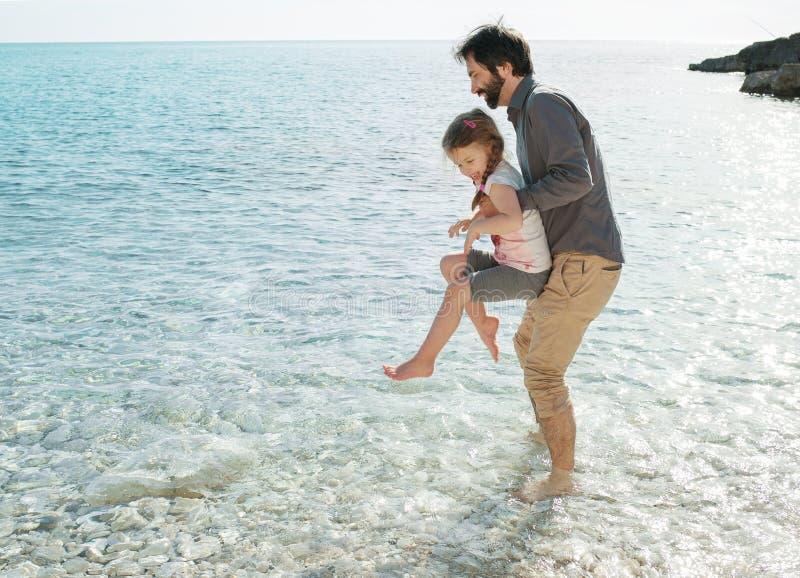Ojciec i córka bawić się morzem w Pula Chorwacja obraz stock