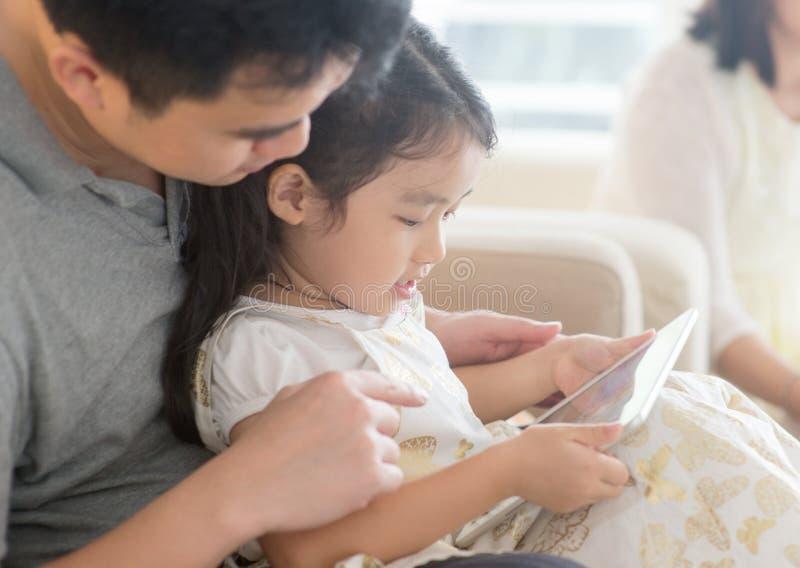 Ojciec i córka bawić się z pastylka komputerem osobistym obraz royalty free
