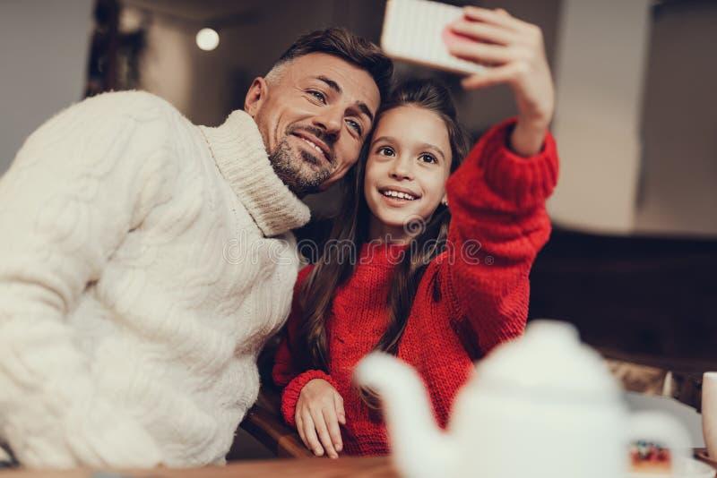 Ojciec i córka bierze fotografię na komórkowym zdjęcie royalty free