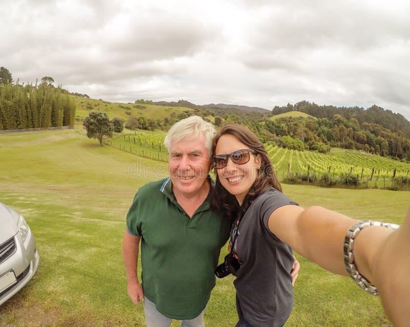 Ojciec i córka bierze selfie - rodzinni turyści podróżuje t obrazy royalty free