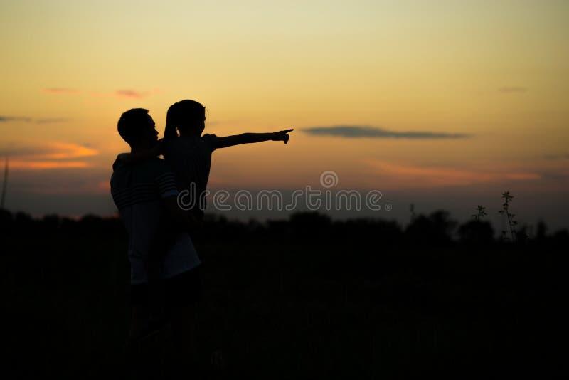 Ojciec i córka cieszymy się wydający czas plenerowego wpólnie zdjęcie stock