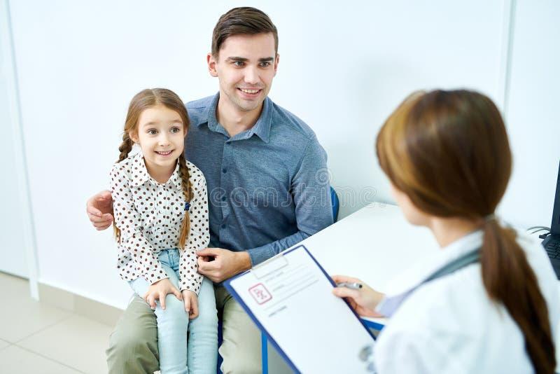 Ojciec i córka przy doktorskim spotkaniem zdjęcia royalty free