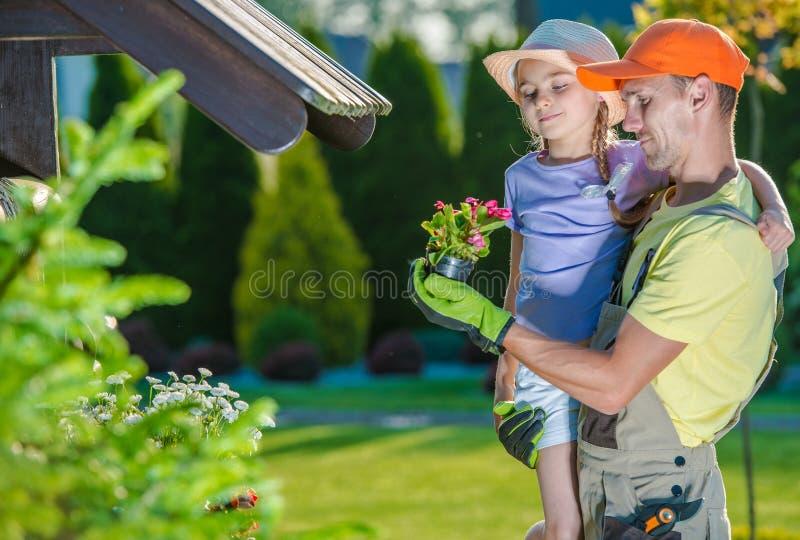 Ojciec i córka w ogródzie zdjęcia stock