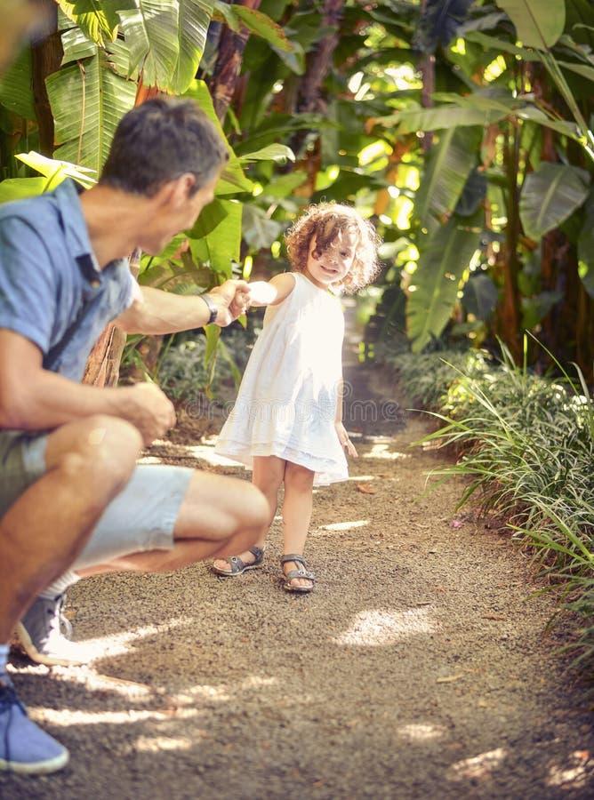 Ojciec i córka w tropikalnym parku obraz stock