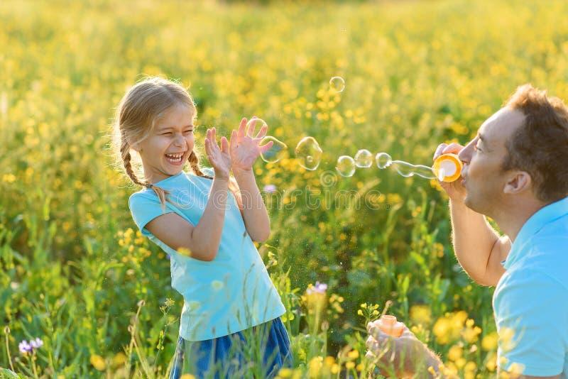 Ojciec i córka wydaje czas wpólnie outdoors obrazy royalty free