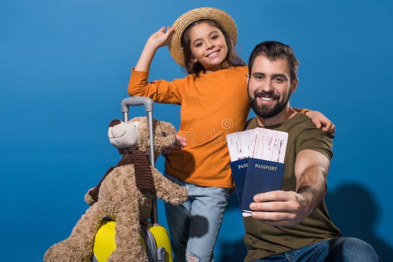 ojciec i córka z paszportami i biletami iść na wakacje zdjęcie royalty free