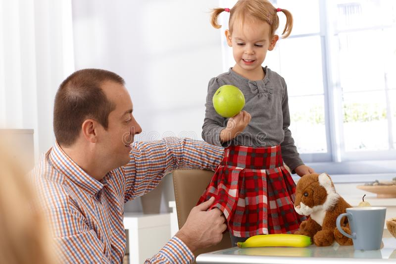 Ojciec i córka z zielonym jabłkiem zdjęcia royalty free
