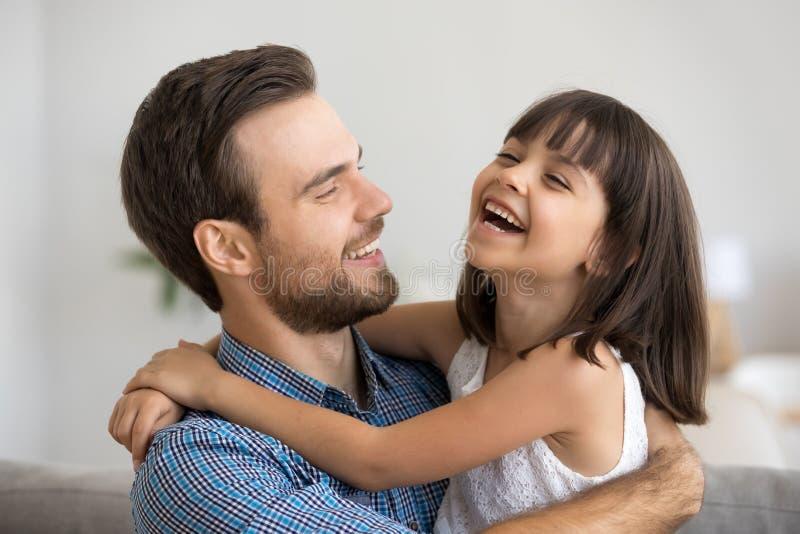 Ojciec i córka zabawę uśmiechniętą i śmia się w domu fotografia stock