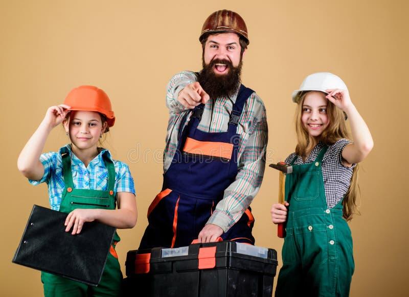 Ojciec i c?rka w warsztacie Rodzinna praca zespo?owa naprawa Repairman w mundurze in?ynier E fotografia stock