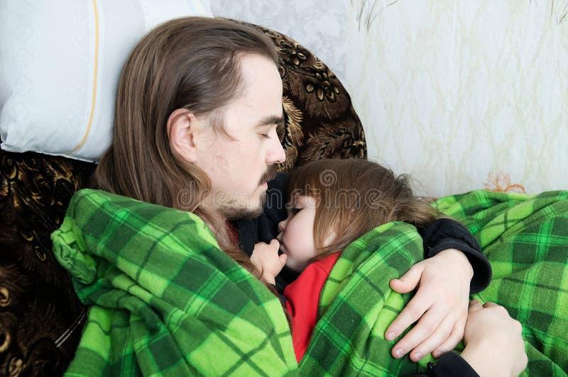 Ojciec i dziecko śpi wpólnie na karle Rodziny odpoczywać Szczęśliwy rodzicielstwo, ojcostwo Tata i córka zawijający w koc obraz royalty free