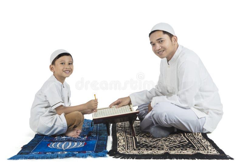 Ojciec i dziecko czyta koran zdjęcie stock