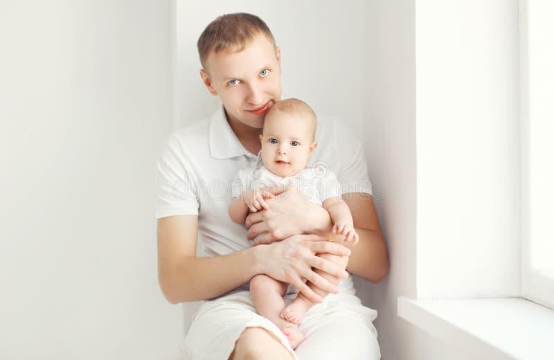 Download Ojciec I Dziecko W Białym Pokoju W Domu Obraz Stock - Obraz złożonej z rodzina, trochę: 53788437