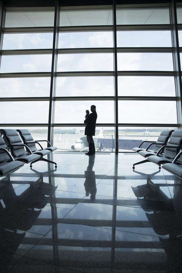 Ojciec i dziecko w lotnisku obraz stock