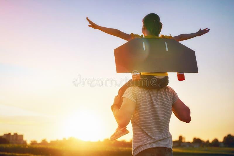 Ojciec i jego dziecko bawić się wpólnie zdjęcia royalty free
