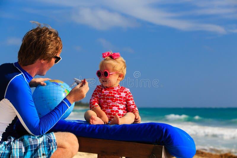 Ojciec i mała córka bawić się z kulą ziemską dalej zdjęcie stock