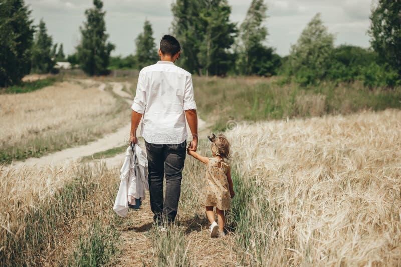 Ojciec i mała córka cieszymy się ich spacer w naturze Cenni rodzinni momenty outdoors zdjęcia royalty free