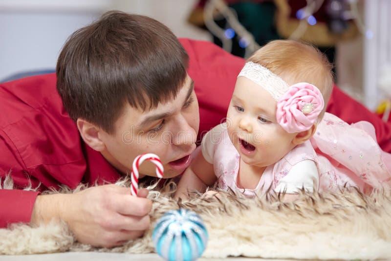 Ojciec i mała dziecko córka bawić się w Bożenarodzeniowym żywym pokoju obraz royalty free