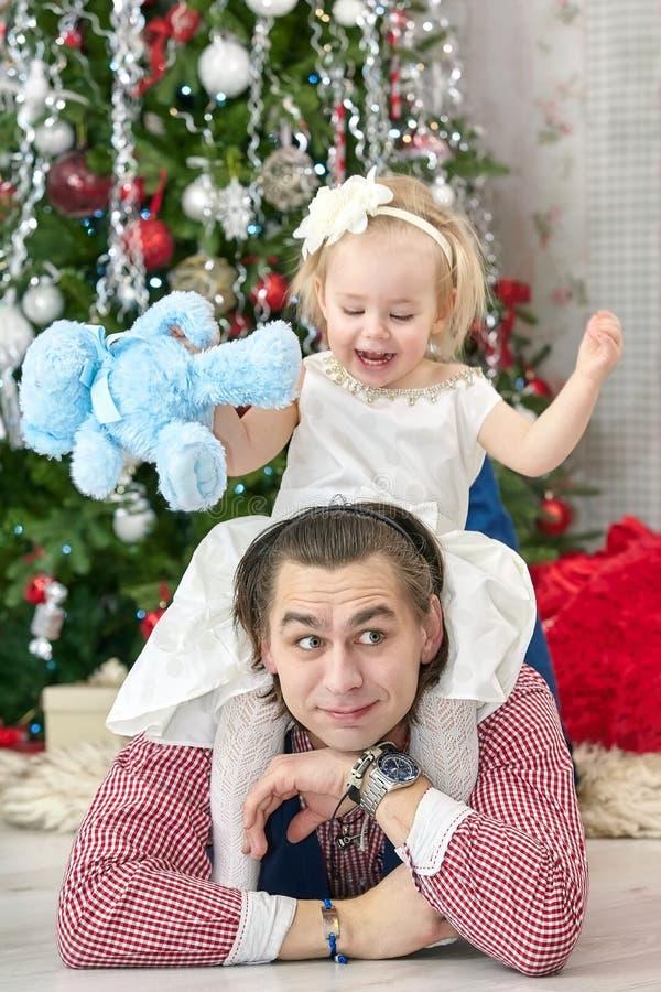 Ojciec i mały babydaughter bawić się w Bożenarodzeniowym żywym pokoju obrazy royalty free