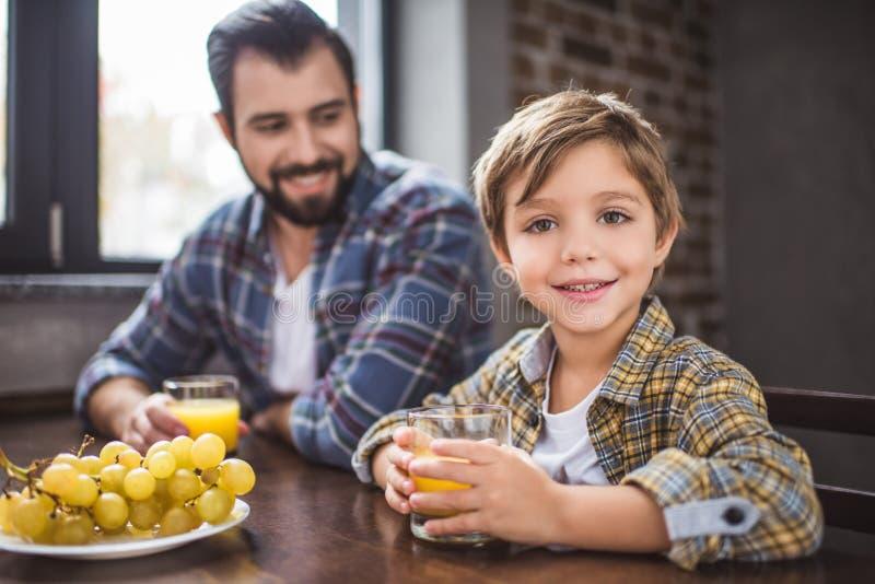 ojciec i mały syn ma śniadanie wpólnie zdjęcie stock