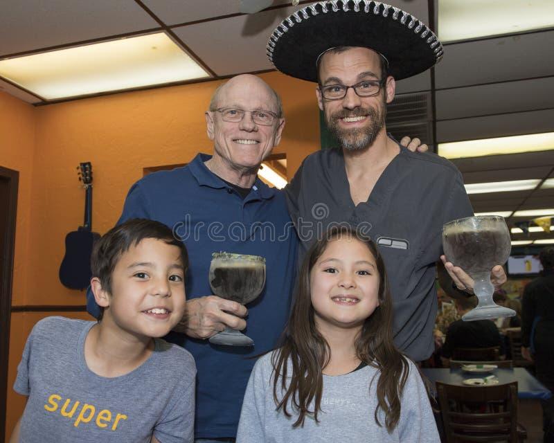 Ojciec i syn świętuje urodziny obrazy royalty free