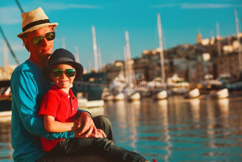Ojciec i syn bawić się na quay Valletta, Malta obrazy stock