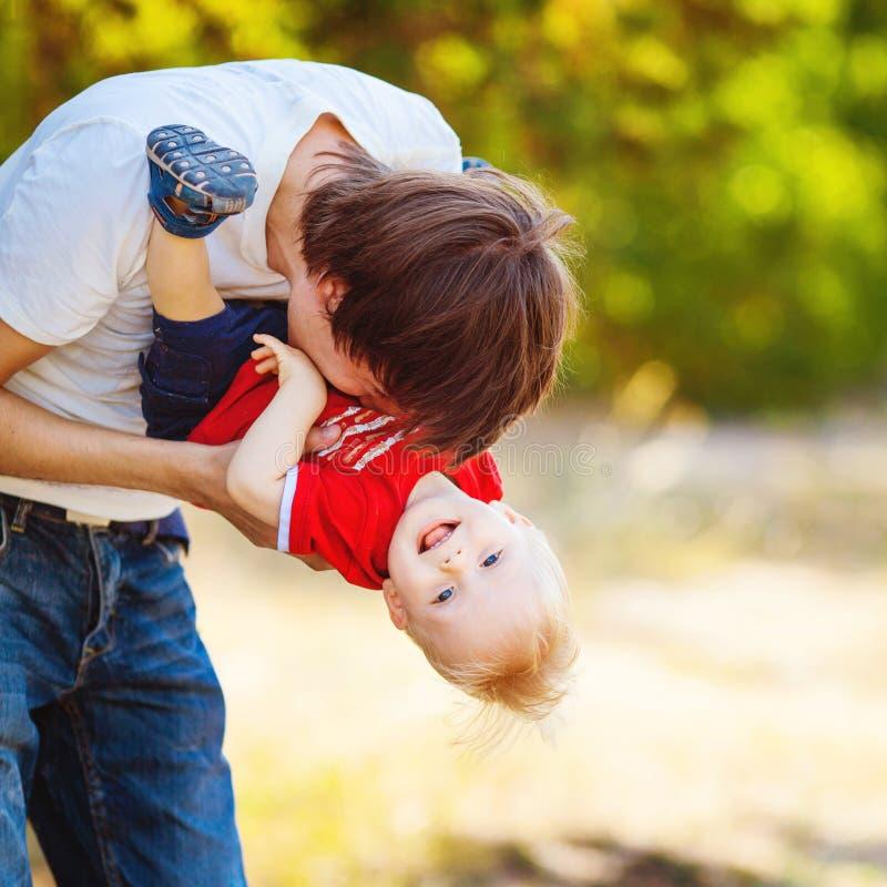 Ojciec i syn Bawić się Plenerowego parka w lecie zdjęcia stock
