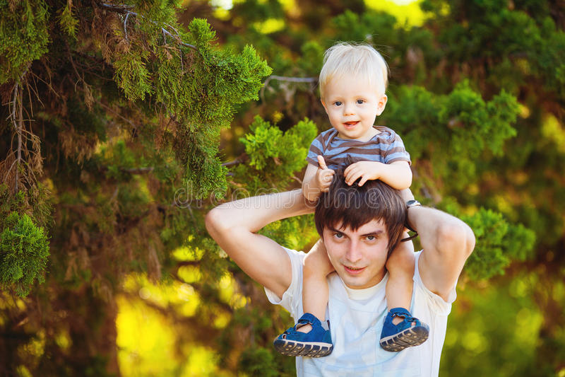 Ojciec i syn Bawić się Plenerowego parka w lecie obraz stock