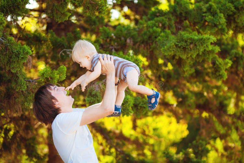 Ojciec i syn Bawić się Plenerowego parka w lecie obrazy stock