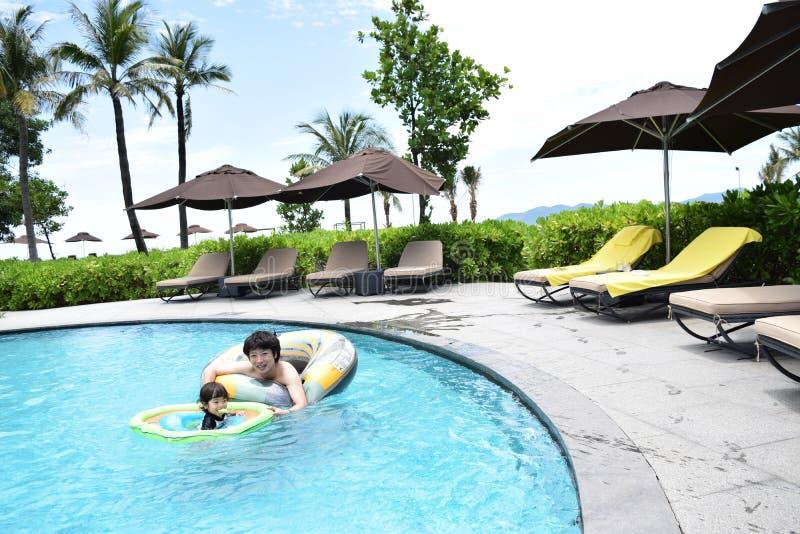 ojciec i syn bawić się przy lato basenem fotografia stock