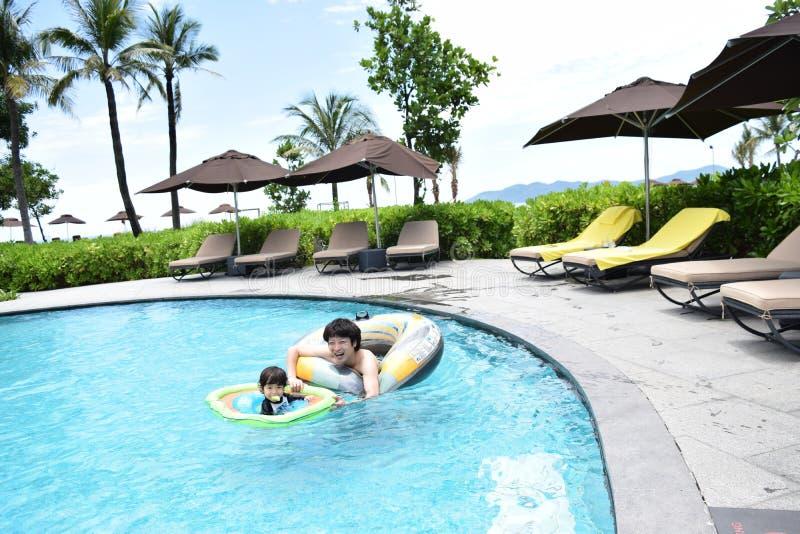 ojciec i syn bawić się przy lato basenem obrazy stock