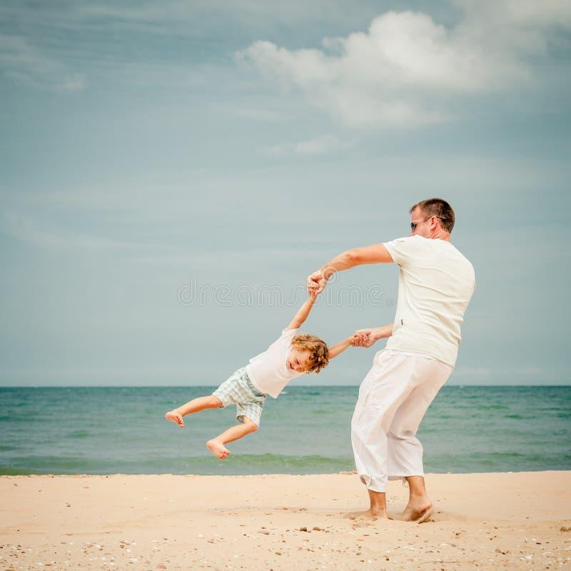Download Ojciec I Syn Bawić Się Przy Plażą Zdjęcie Stock - Obraz złożonej z rozochocony, zabawa: 41953170