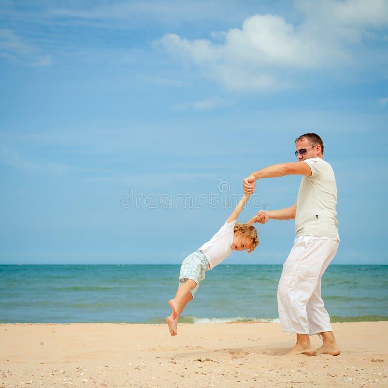 Download Ojciec I Syn Bawić Się Przy Plażą Obraz Stock - Obraz złożonej z joyce, leisure: 41953209