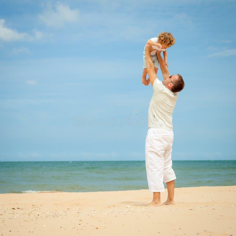 Download Ojciec I Syn Bawić Się Przy Plażą Zdjęcie Stock - Obraz złożonej z ocean, lifestyle: 41953304