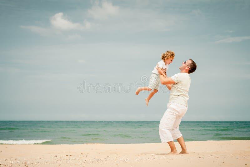 Download Ojciec I Syn Bawić Się Przy Plażą Zdjęcie Stock - Obraz złożonej z miłość, plecy: 41953360