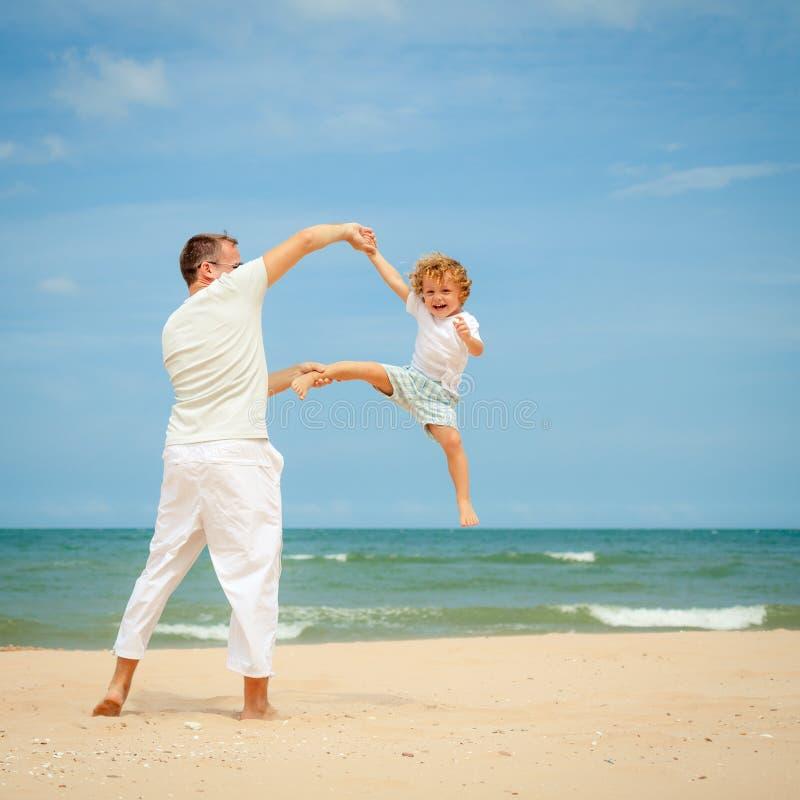 Download Ojciec I Syn Bawić Się Przy Plażą Obraz Stock - Obraz złożonej z plaża, odtwarzanie: 41953383