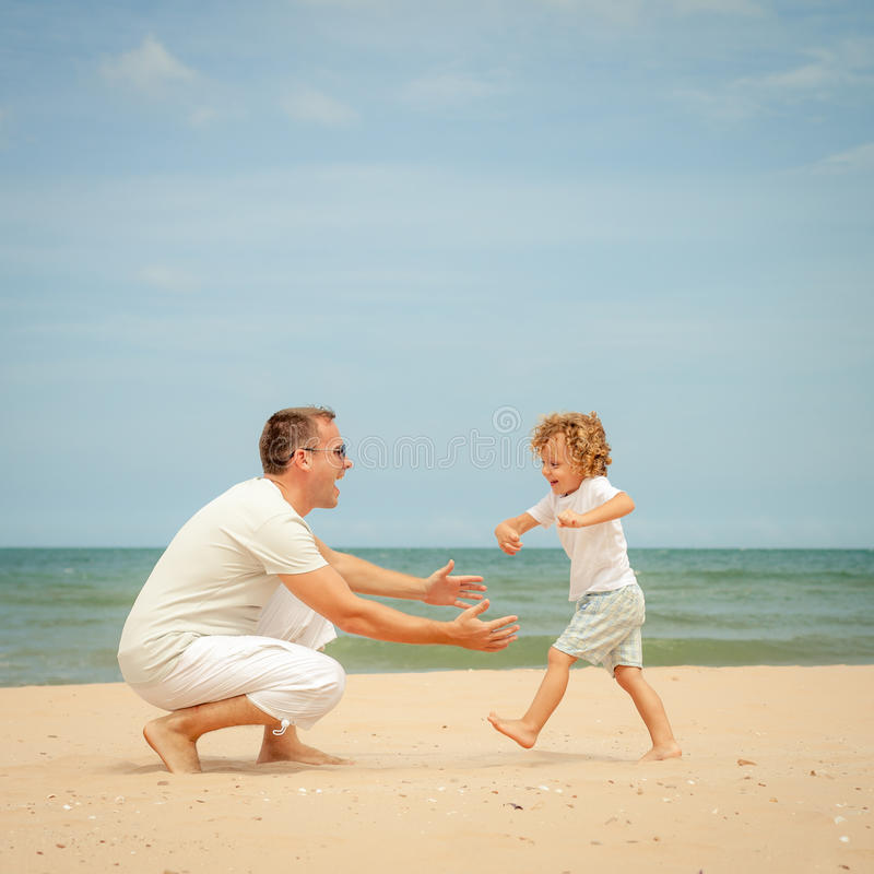 Download Ojciec I Syn Bawić Się Przy Plażą Zdjęcie Stock - Obraz złożonej z przyjaźń, zabawa: 41953390