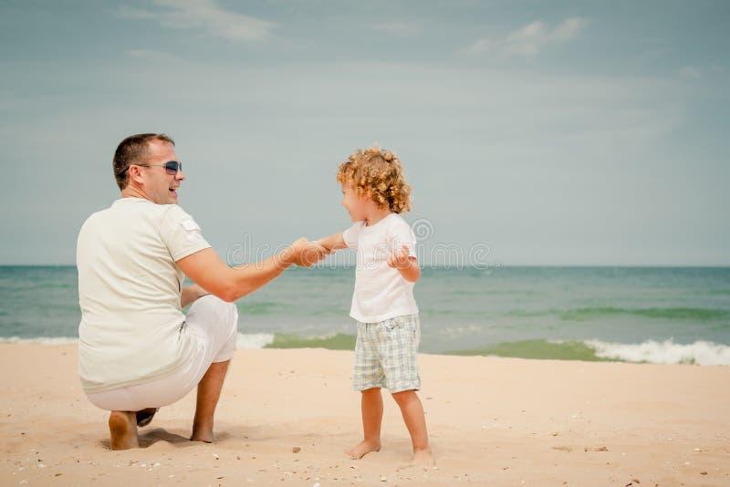 Download Ojciec I Syn Bawić Się Przy Plażą Obraz Stock - Obraz złożonej z ludzie, dzień: 41953597