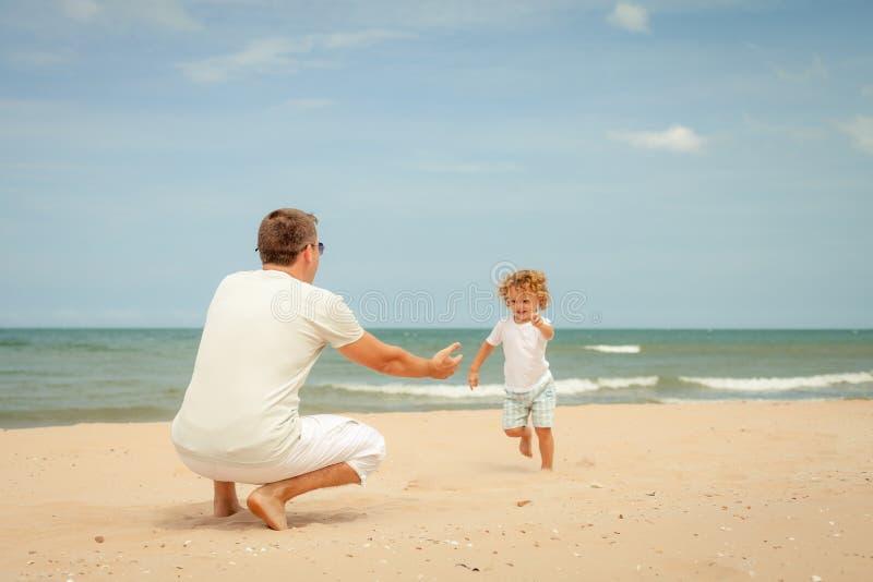 Download Ojciec I Syn Bawić Się Przy Plażą Zdjęcie Stock - Obraz złożonej z ojciec, joyce: 41953610