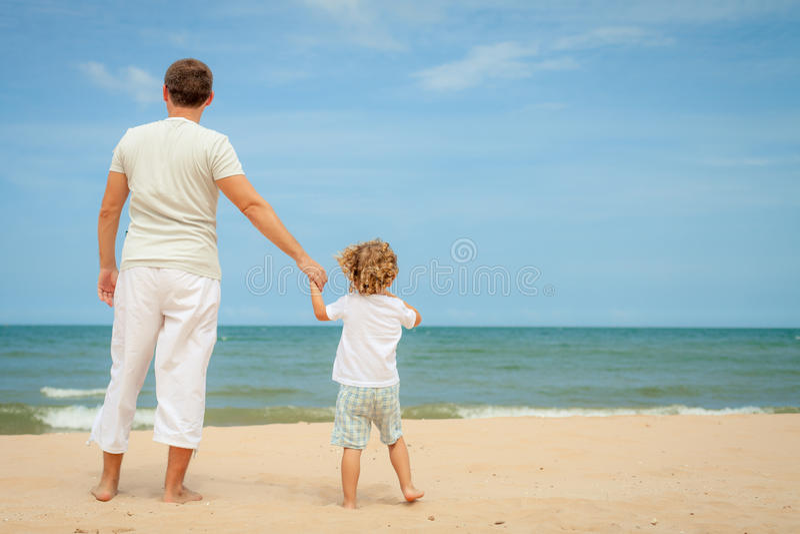 Download Ojciec I Syn Bawić Się Przy Plażą Zdjęcie Stock - Obraz złożonej z leisure, kopiasty: 41953628