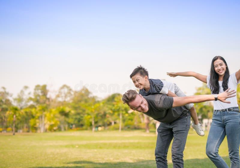 Ojciec i syn bawić się w parkowym rodzinnym czasie zdjęcie royalty free