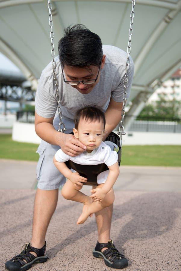 Ojciec i syn bawić się w plenerowym parku obrazy royalty free