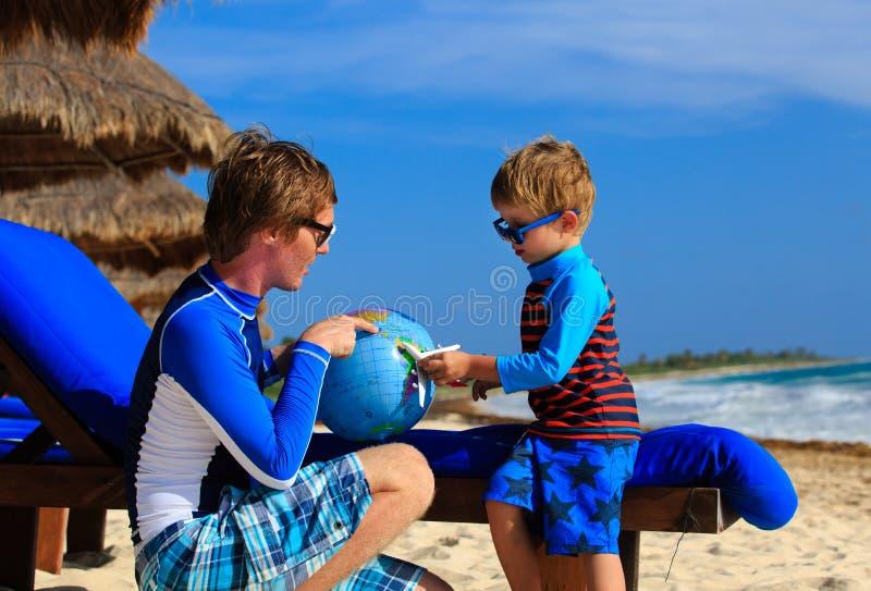 Download Ojciec I Syn Bawić Się Z Kulą Ziemską Na Plaży Obraz Stock - Obraz złożonej z globe, geologiczny: 53791747