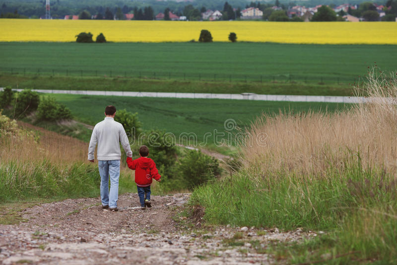 Ojciec i syn chodzi w polu, obraz royalty free